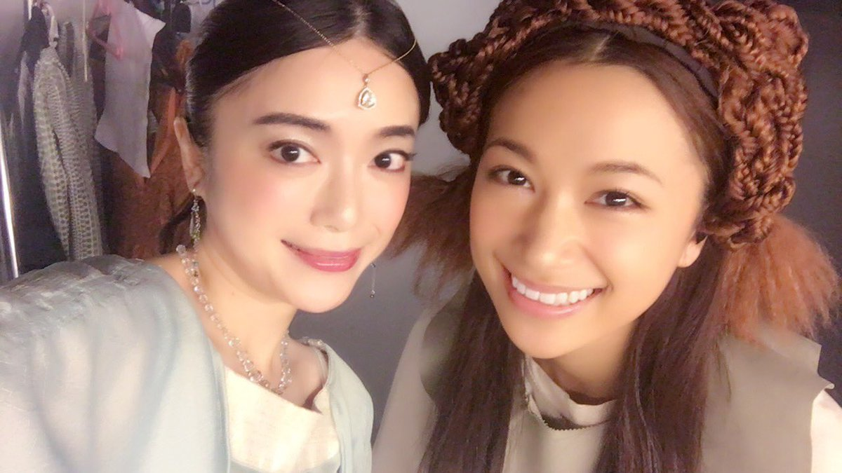 前半の衣装のレアル(左)[小川夏果さん]と女(右)[高橋ユウさん]です。小川夏果さんはドラマ「信長協奏曲」や「9係」