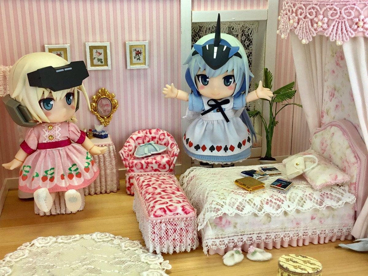 「やっぱり女の子の部屋はこのくらい可愛くあるべきよ💕」「私はなんだか落ち着きませんけど‥」#キューポッシュ #フレームア