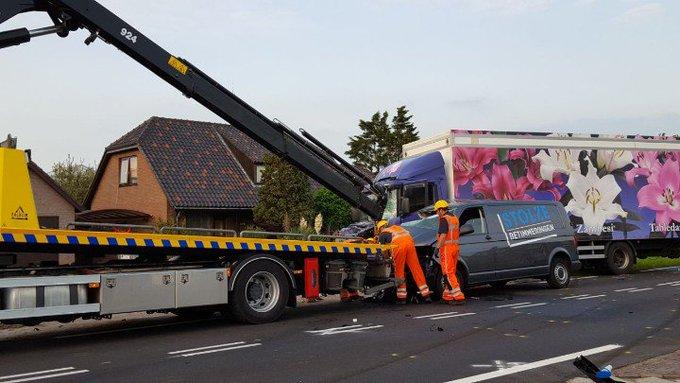 s'Gravenzande Naaldwijkseweg (Zwaar ongeluk) Busje wordt op dit moment geborgen. Onderzoek gaat nog uur duren. https://t.co/pVSrVE6AuS