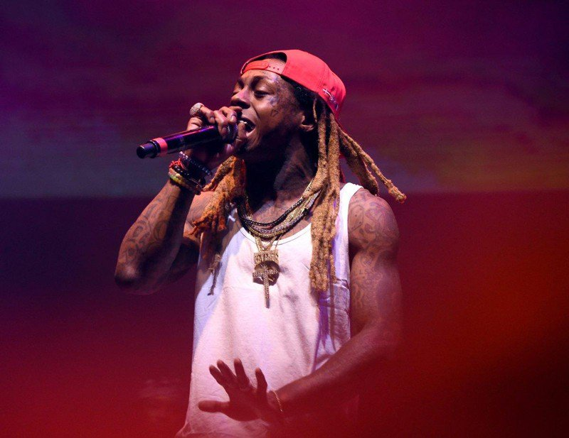 Rapper Lil Wayne suffers seizures, cancels show