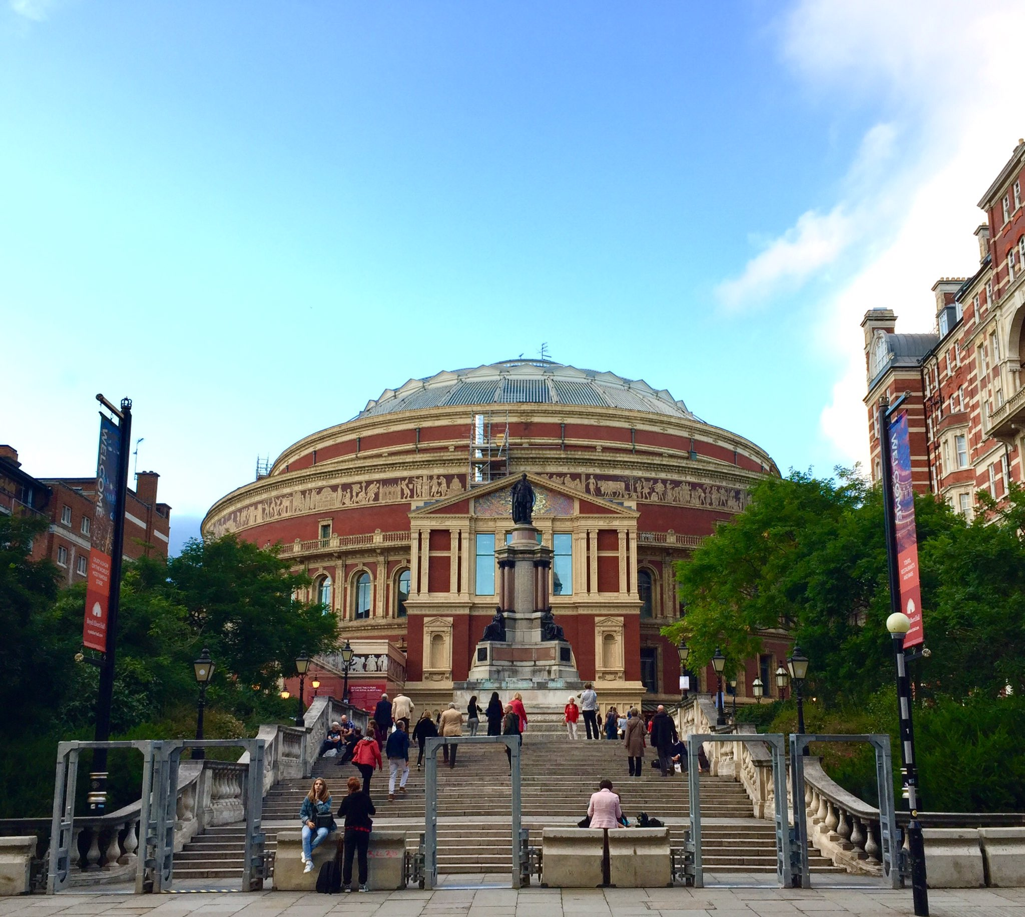 Hello Twitter please enjoy this photo I took of the Royal Albert Hall. #London https://t.co/1OwLAdfutt