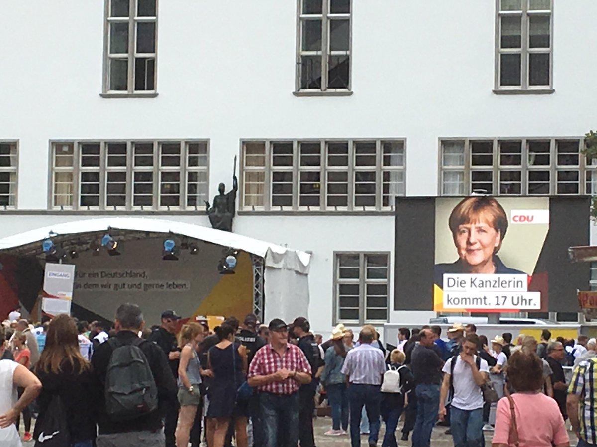 RT @Mair_mdr: In #Heidelberg steht man brav an für einen Blick auf die #Kanzlerin. #BTW2017 https://t.co/jEteGic2FP