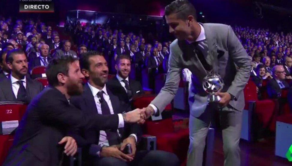 RT @mundodeportivo: VÍDEO: Gran gesto de Messi con Cristiano Ronaldo https://t.co/XF73NJbJG8 https://t.co/lbNrz907O1