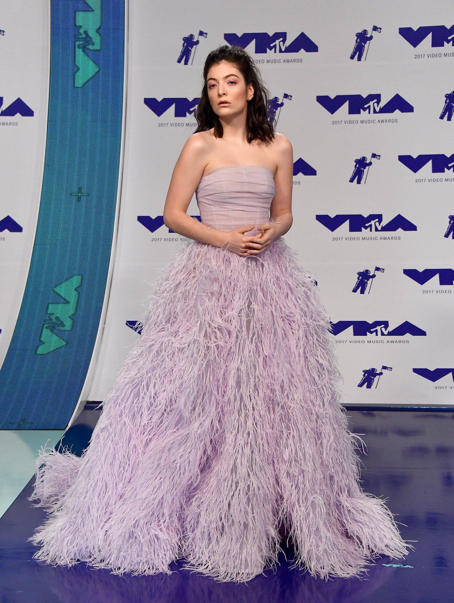 �� @Lorde has arrived at the #VMAs looking like an actual princess!!!! https://t.co/CGTLSIjNUy https://t.co/hQs4USjoVo