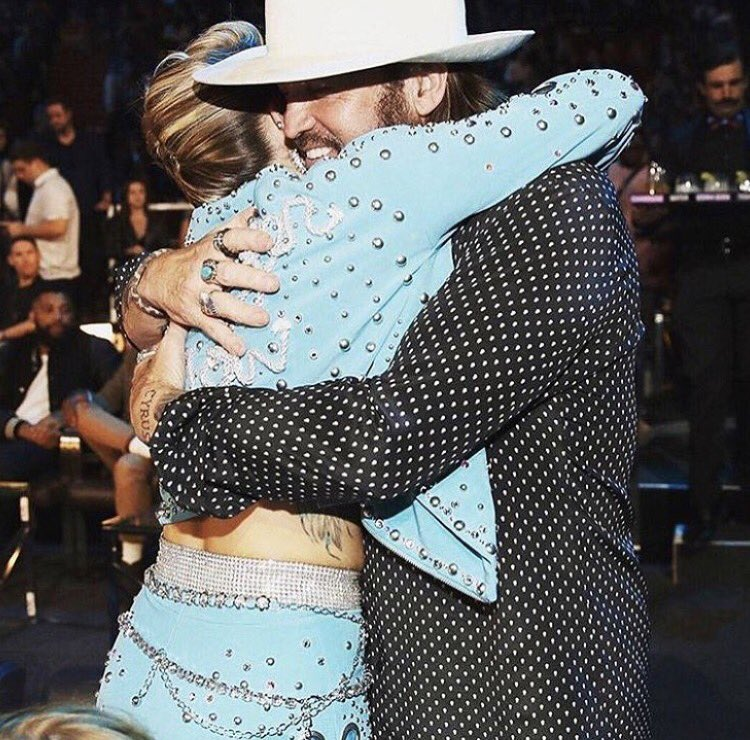 Dads hugs are the best hugs! @billyraycyrus @vmas https://t.co/4CQN5EbIVR