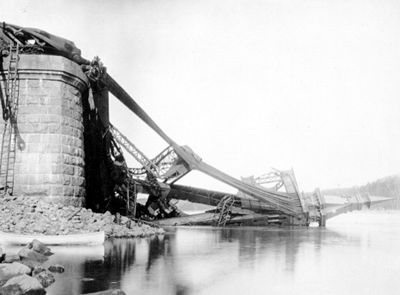 29AUG1907: Collapse of #QuebecBridge due to design error, killing 75. With second failure in 1916, led to professional and ethical reform. https://t.co/GD75XGJZJB