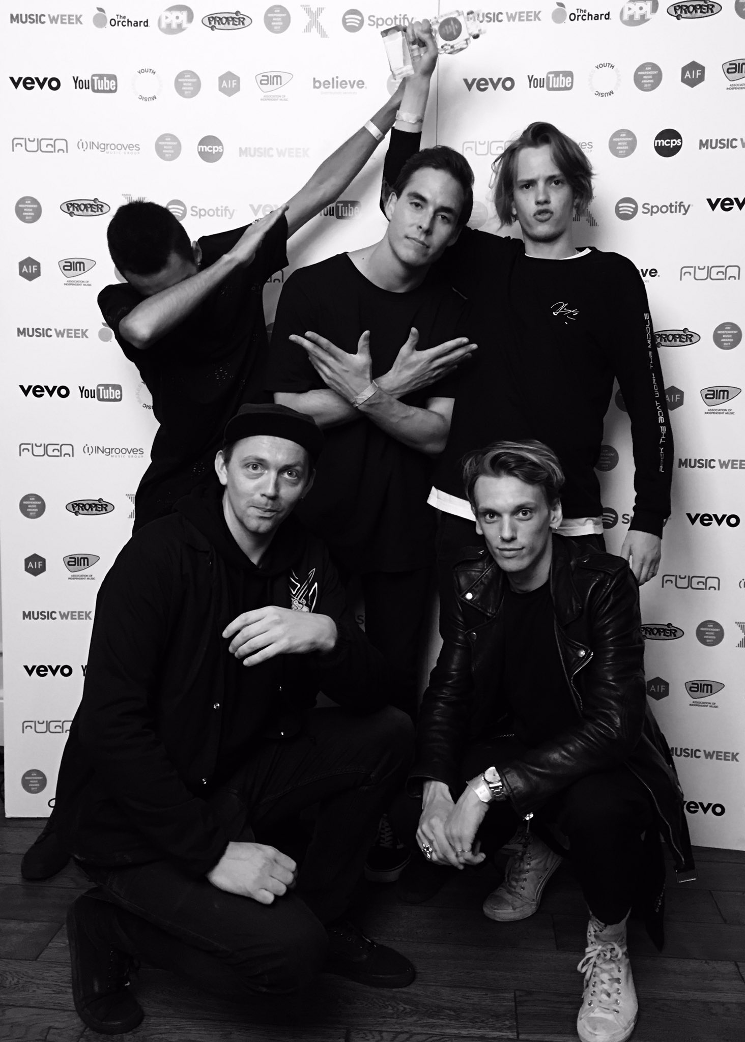 We just won the AIM Award for best Live Band! Whattt!???? Thank you so much. X https://t.co/e3VKkQs1eO