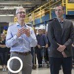 Apple'ın patronu Tim Cook'un cebindeki telefon iPhone 8 mi?