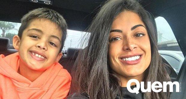 Aline Riscado. Foto do site da Quem Acontece que mostra Aline Riscado posa com o filho e fãs se surpreendem com semelhança: Réplica
