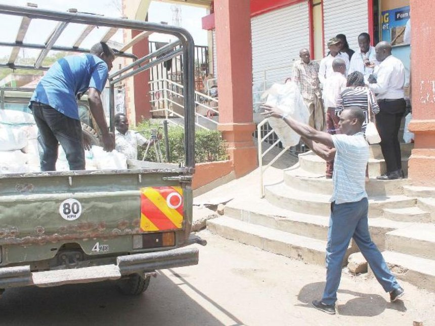 Traders use newspapers in place of plastic carriers in Homa Bay