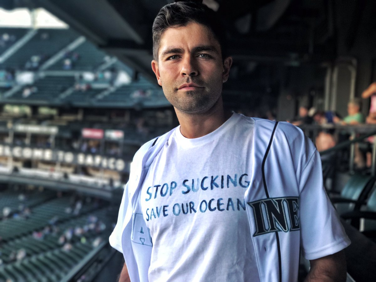 Kicking off #StrawlessInSeattle with the @Mariners and @LonelyWhale.  ????⚾️✌????#firstpitch https://t.co/lk367ffVOl