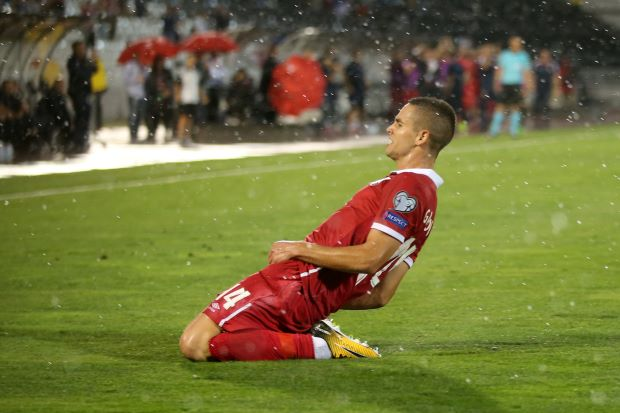 Soccer - Gacinovic shines as Serbia beat Moldova to stay top