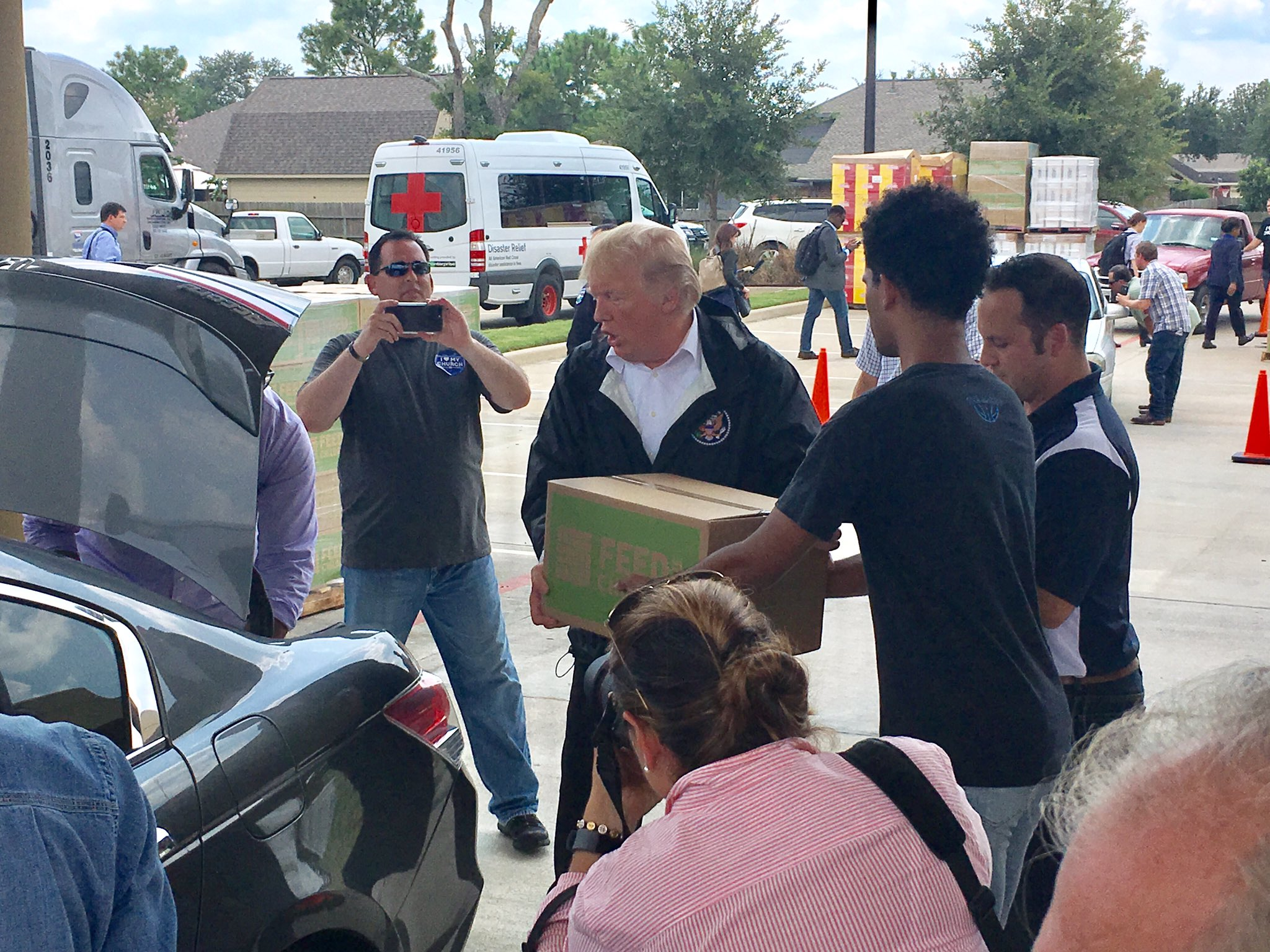 .@POTUS and @FLOTUS deliver boxes of food and supplies to those in need in Houston. #TexasStrong https://t.co/nQ9GZfM2tM
