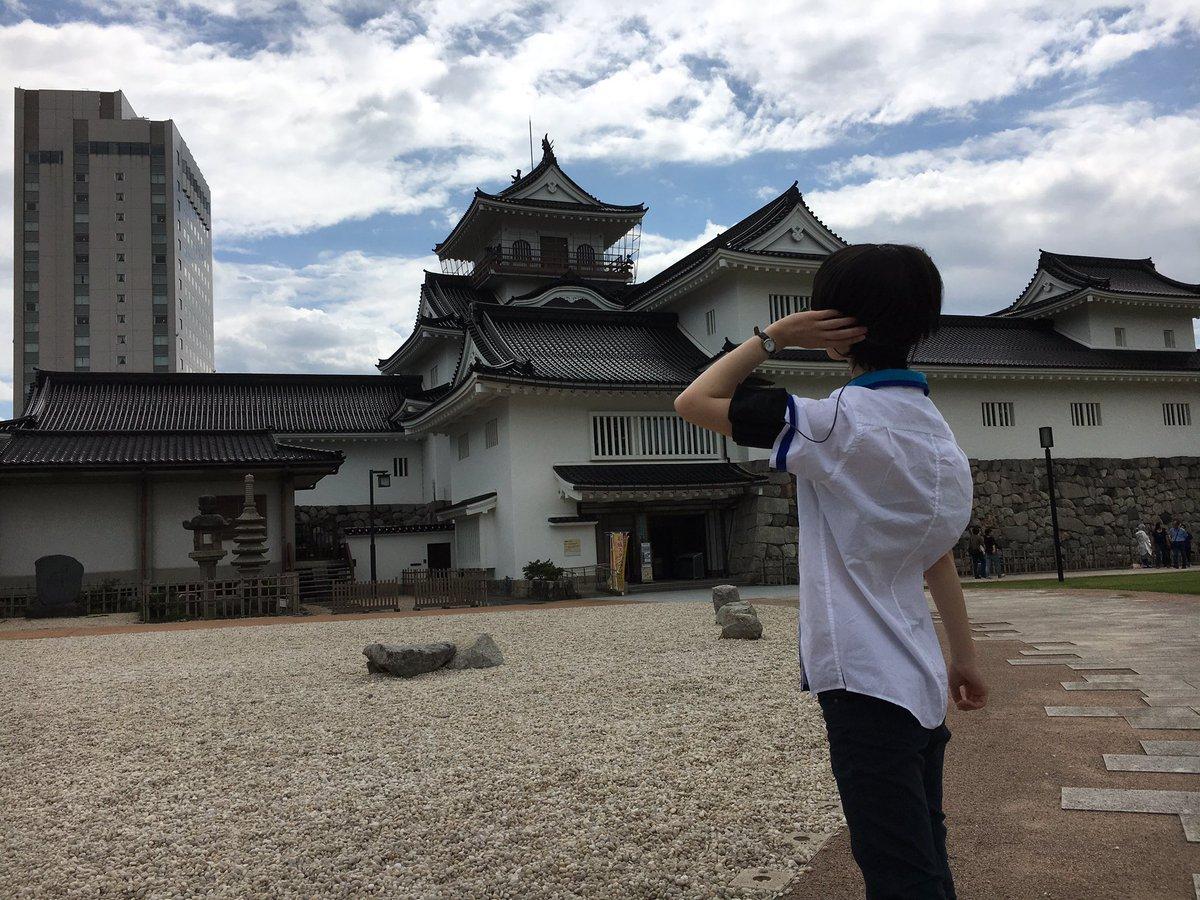 富山城前にて #クロムクロ を撮影する茅くん