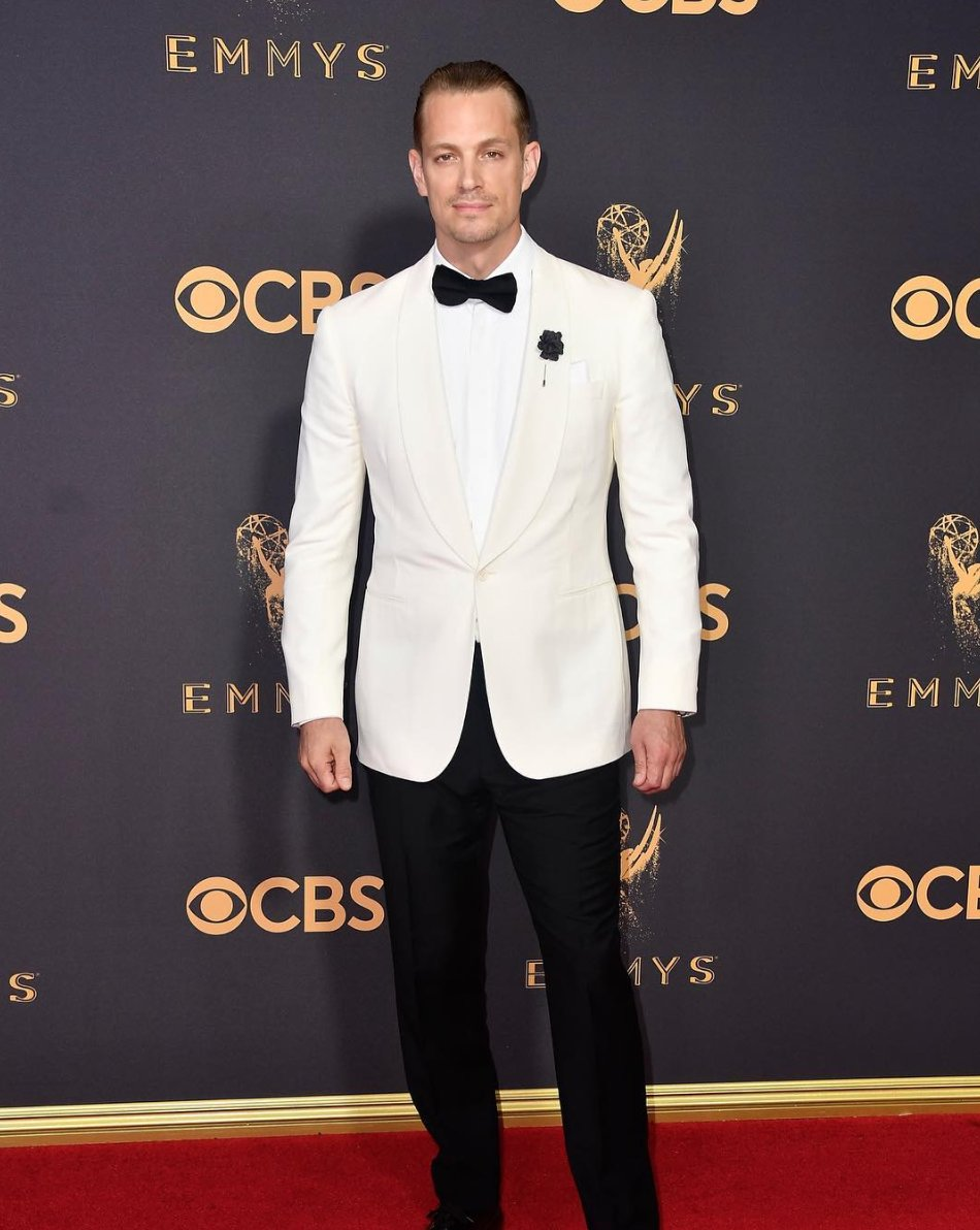 .@JoelKinnaman in a Ralph Lauren Purple Label dinner jacket and tuxedo pants. #Emmys https://t.co/SU9QOd2Ro1