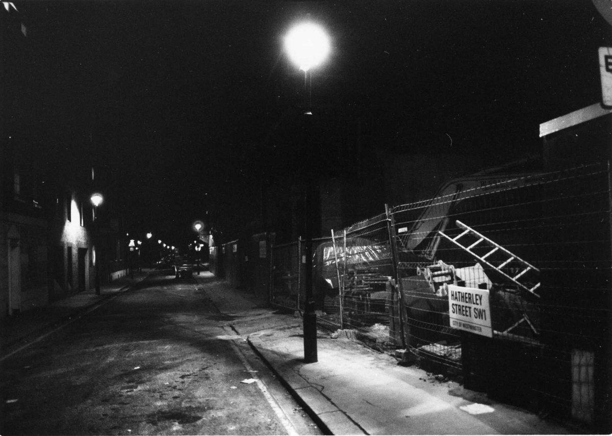 倫敦6/9:夜道を照らす街灯 #ファインダー越しの私の世界 #路上観察 #photo #写真 #film #フィルム #