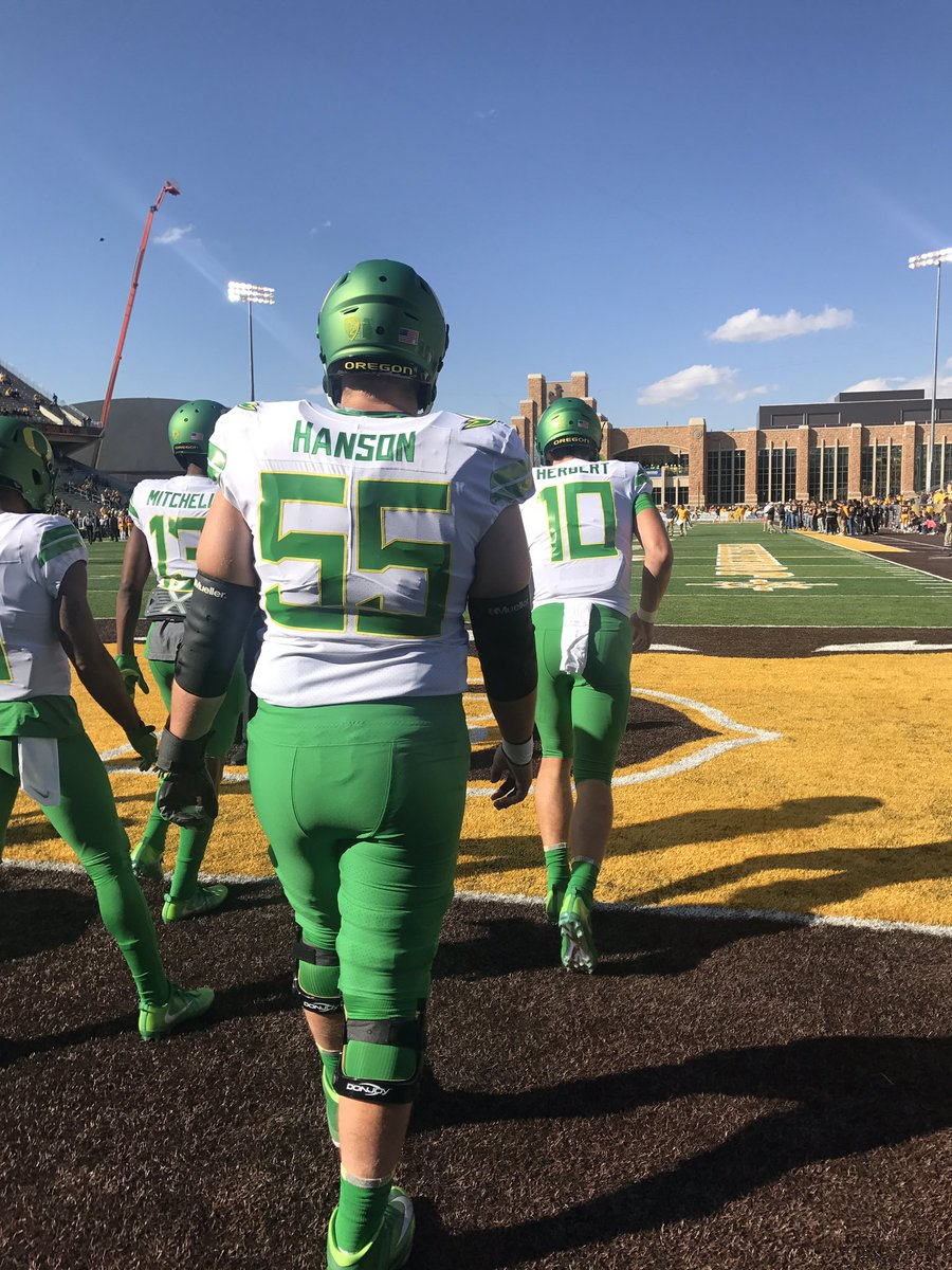 The Ducks are on the field here at War Memorial Stadium. Uniforms look crisp. https://t.co/o0zhH5P0Mi