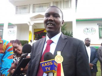 Uasin Gishu Governor Jackson Mandago forced to control traffic after police abscond duty