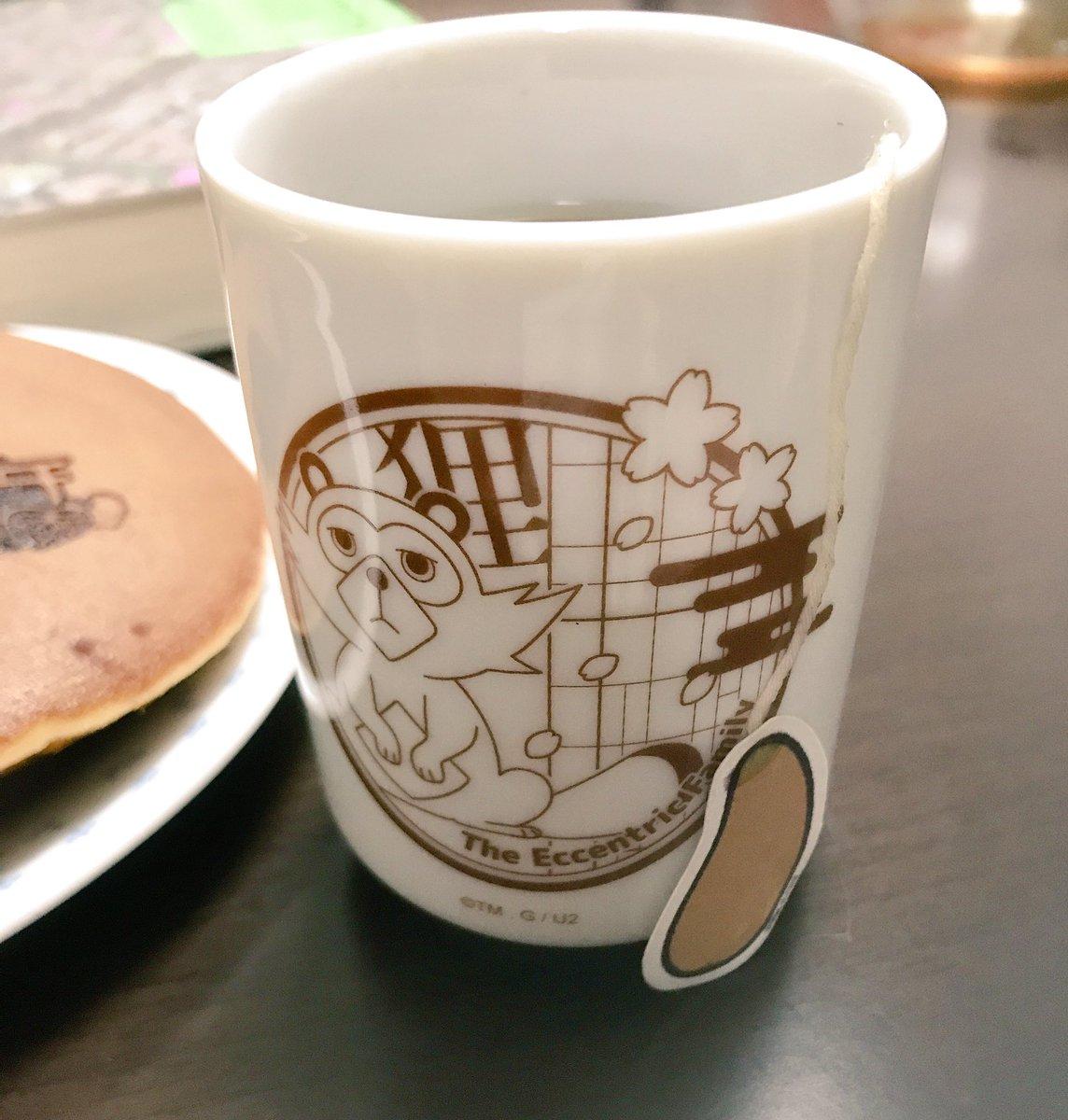 #有頂天 #有頂天家族昨日のお土産の、大どら焼きと揺れるしっぽ茶をいただきつつ、読書の秋の台風の夜。ほうじ茶は良いねぇ。