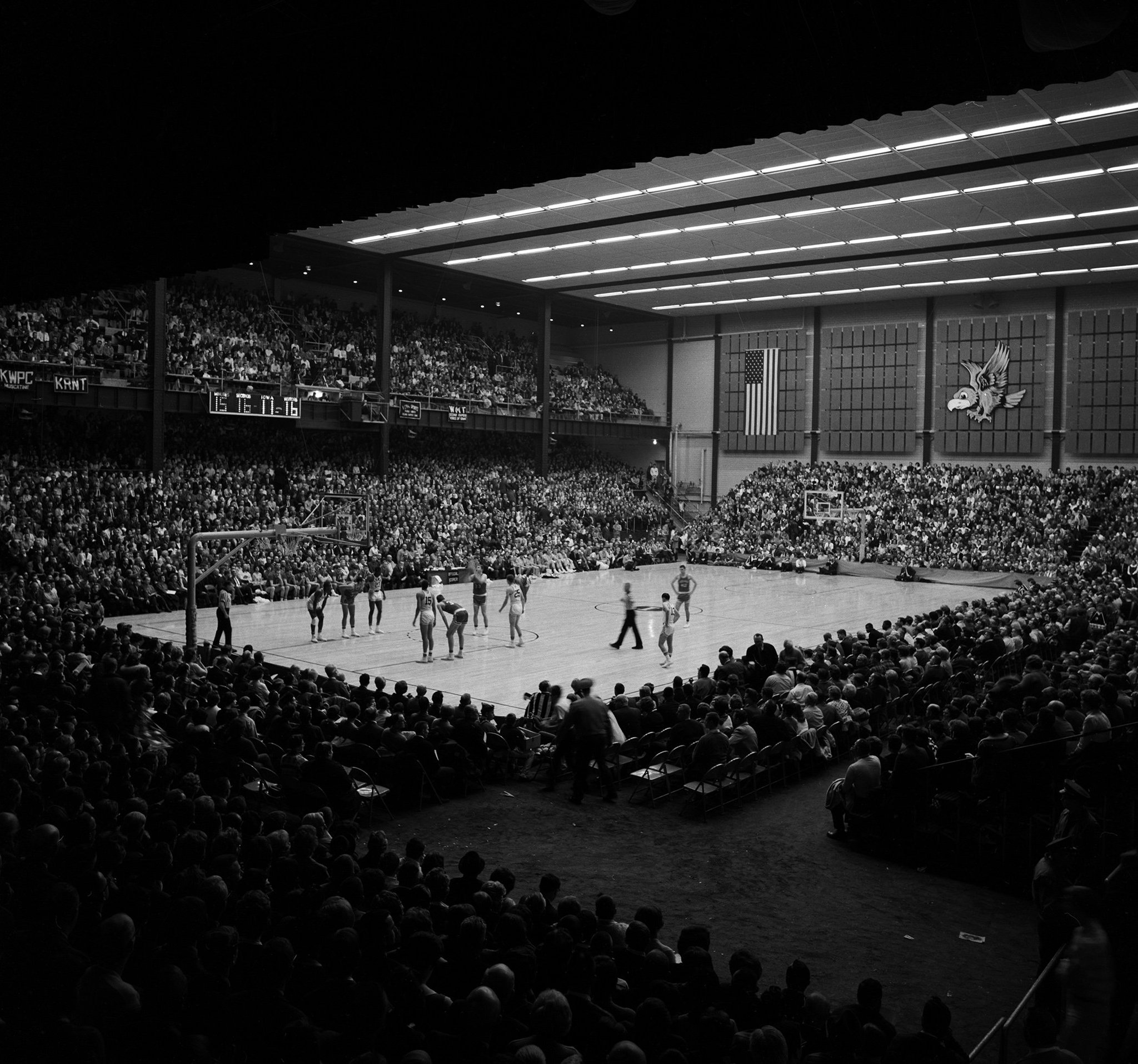 #TBT Iowa played its basketball games in the Field House for more than 50 years until moving into Carver-Hawkeye Arena in 1983. #Hawkeyes https://t.co/9ZIfBq5nQz