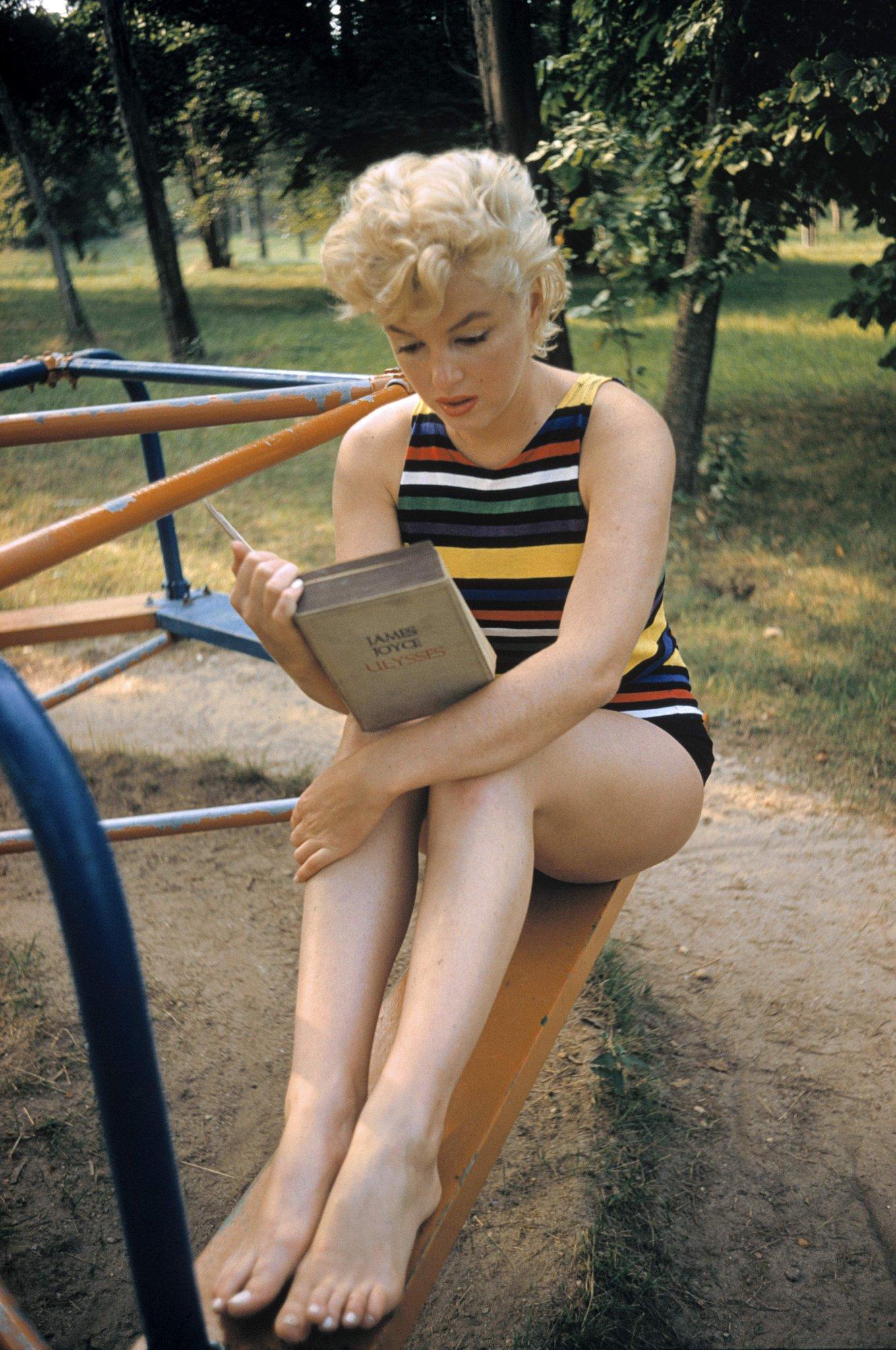Marilyn Monroe reading Ulysses by James Joyce.   #InternationalLiteracyDay  © #EveArnold/#MagnumPhotos https://t.co/tHX8D1AYyh