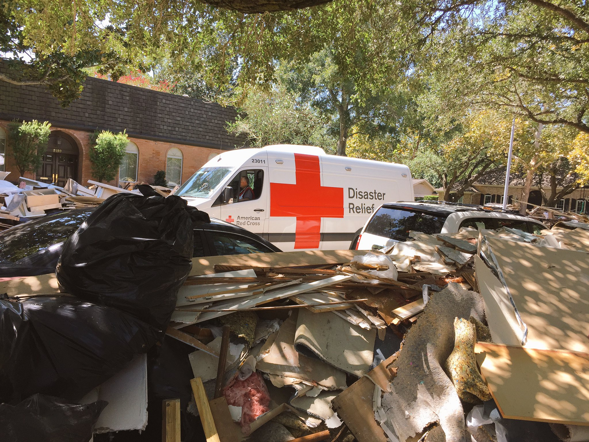 .@RedCross came by to deliver meals to folks in the area #harvey https://t.co/qzTjyghWx6