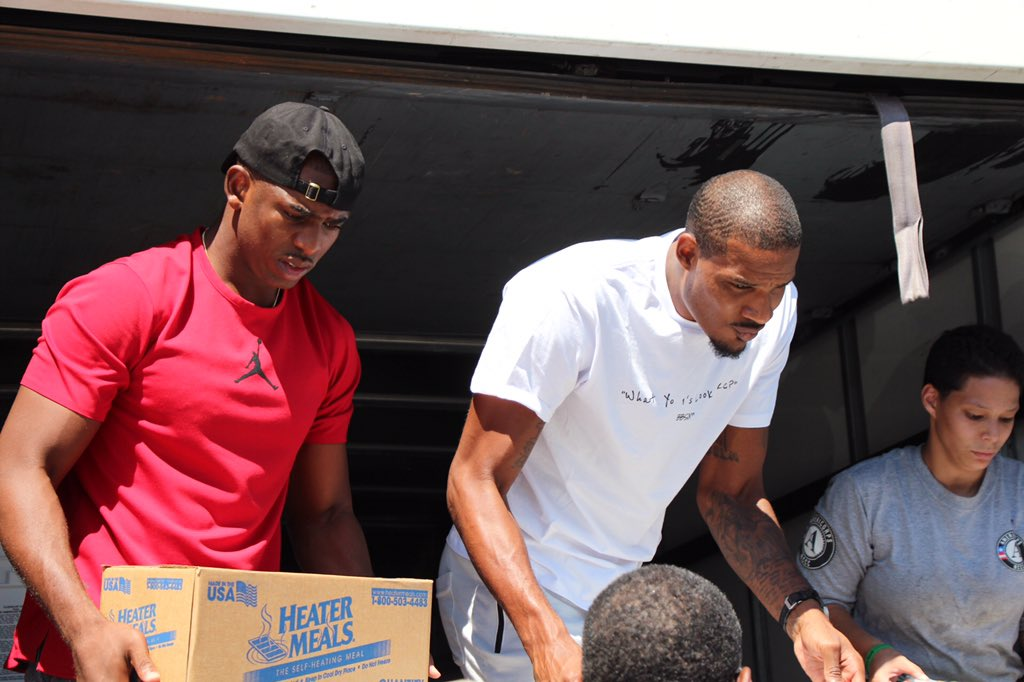 @CP3 @KevinHart4real Trevor Ariza stopping by to help with relief efforts.   #HoustonStrong �� https://t.co/xP5LK10vpX