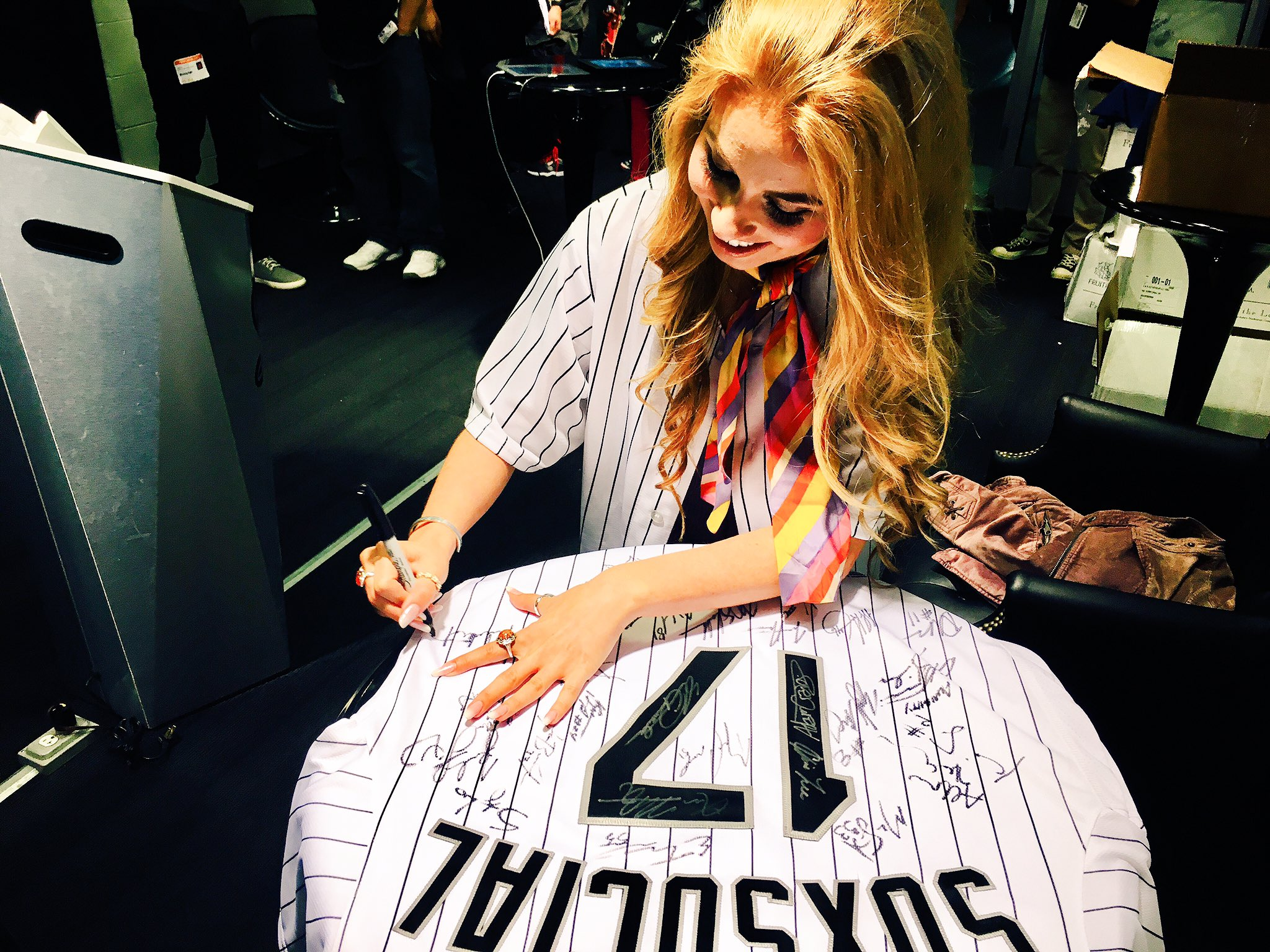 ICYMI - @HaleyReinhart stopped by our #SoxSocial Lounge to sign our jersey! https://t.co/exFVhCLOGz