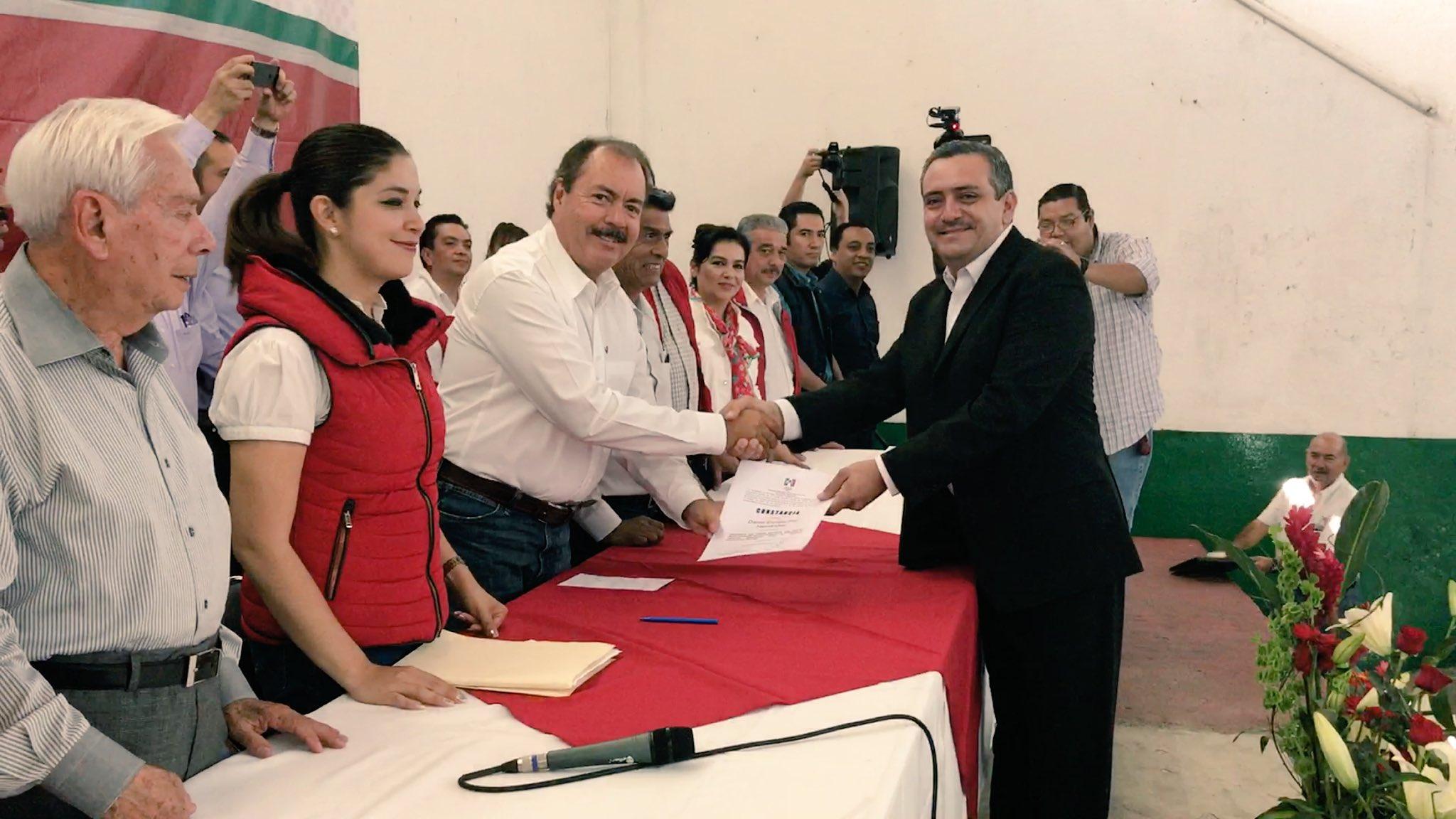 Hoy nos encontramos en Uruapan en la entrega de constancias del Comité Municipal del PRI. #VamosMichoacán https://t.co/WxIIc8SUfm