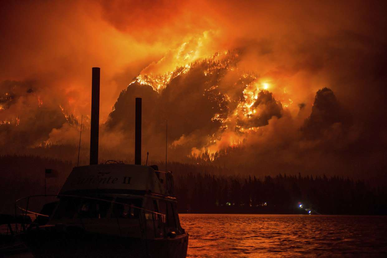 This dramatic image of Oregon's Eagle Creek Fire captures its massive devastation https://t.co/bOuf57FWGF https://t.co/40bSdQAufz