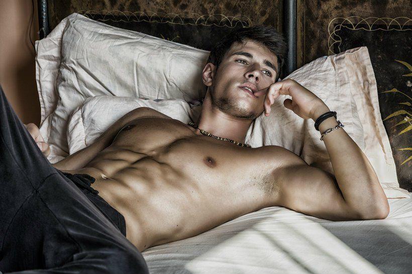 Обнаженный Мужчина На Кровати