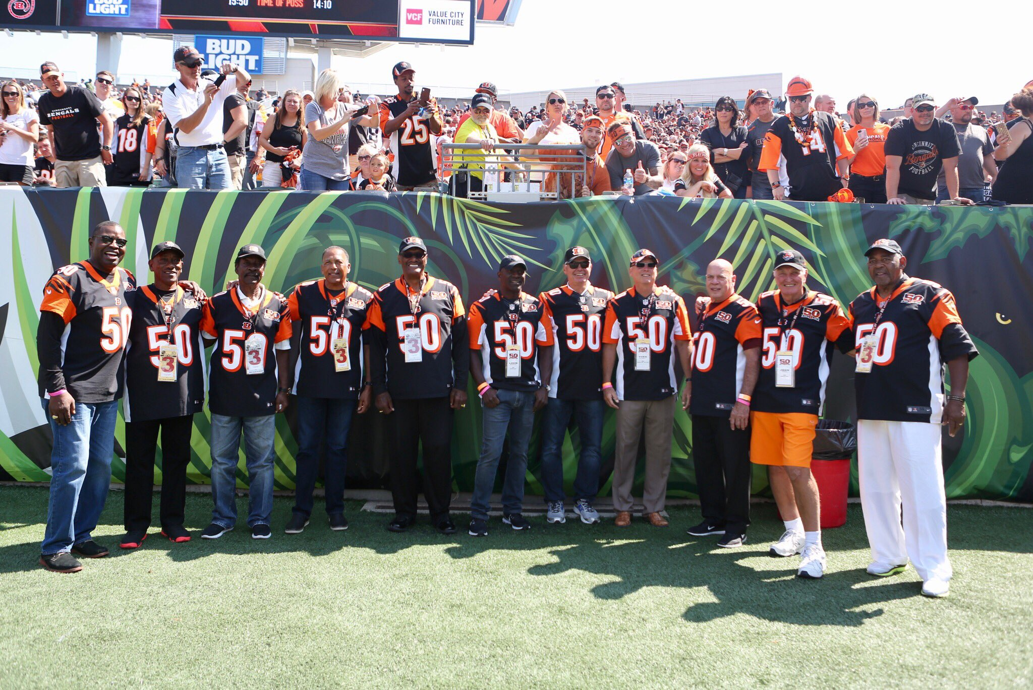 #Bengals legends were honored at halftime of today's game. #BALvsCIN #Bengals50 https://t.co/2uXeyx5Qgc