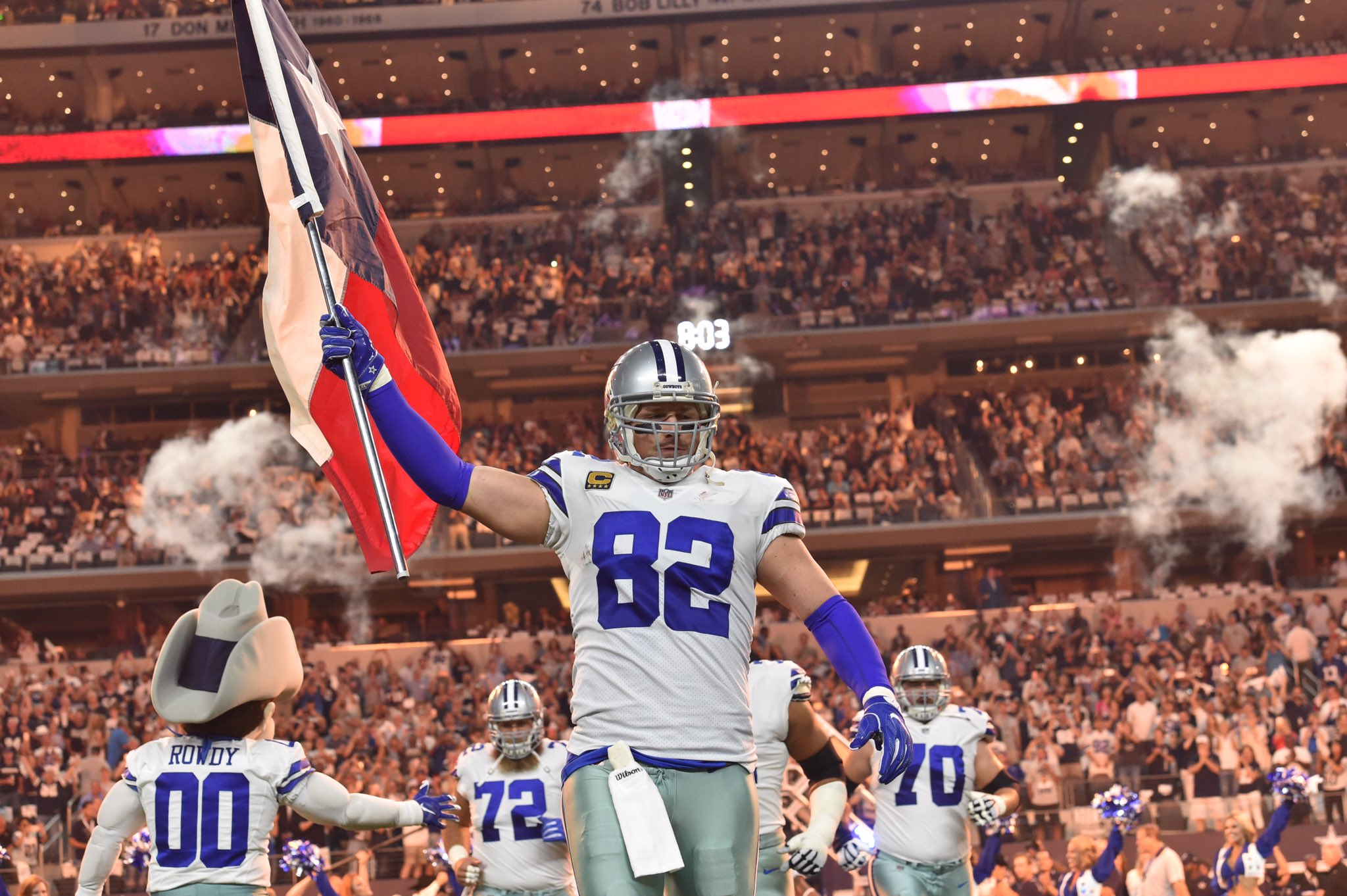 .@JasonWitten running out with a Texas flag during player intros. #NYGvsDAL #Cowboys4Texas https://t.co/wk6sIYCq8j