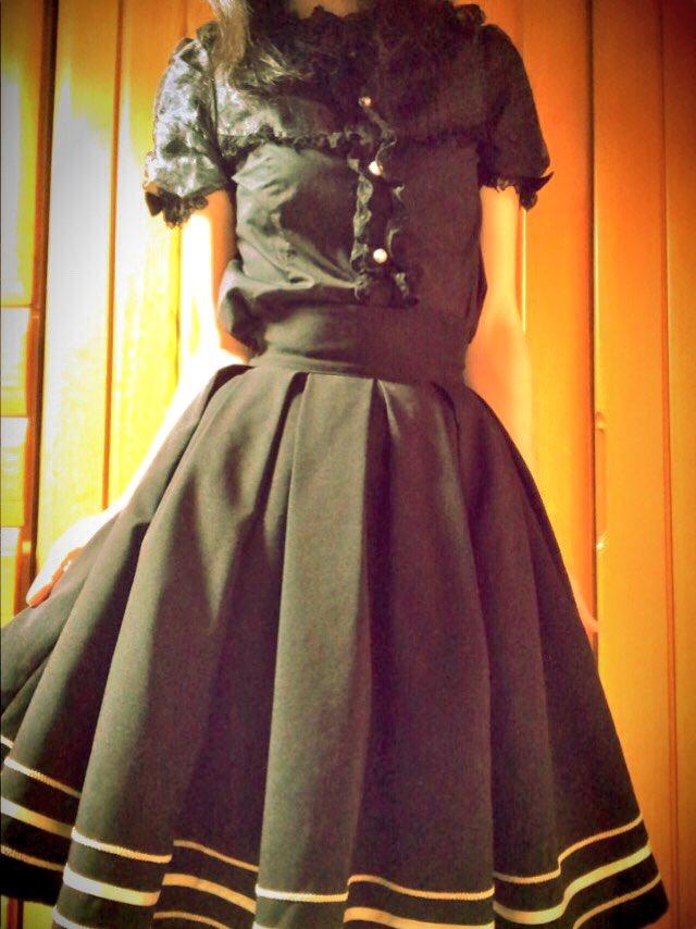今日はチェロキーじゃなくて白衣にしたけど、私服は黒くしてみたヾ(:3ヾ∠)_お父様「魔女の宅急便か…竹箒を持っていきなさ