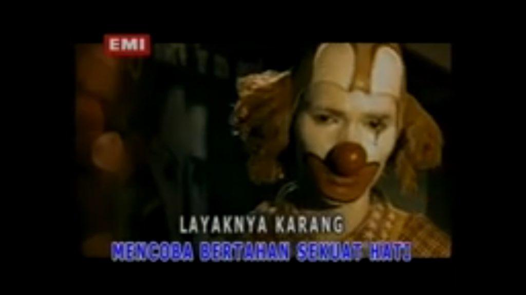 RT @KrisnaERLG: @WanPerfekSyot It (1990)  Directed by: Tommy Lee Wallace  #WanPerfekSyot https://t.co/SC82Bnm59N