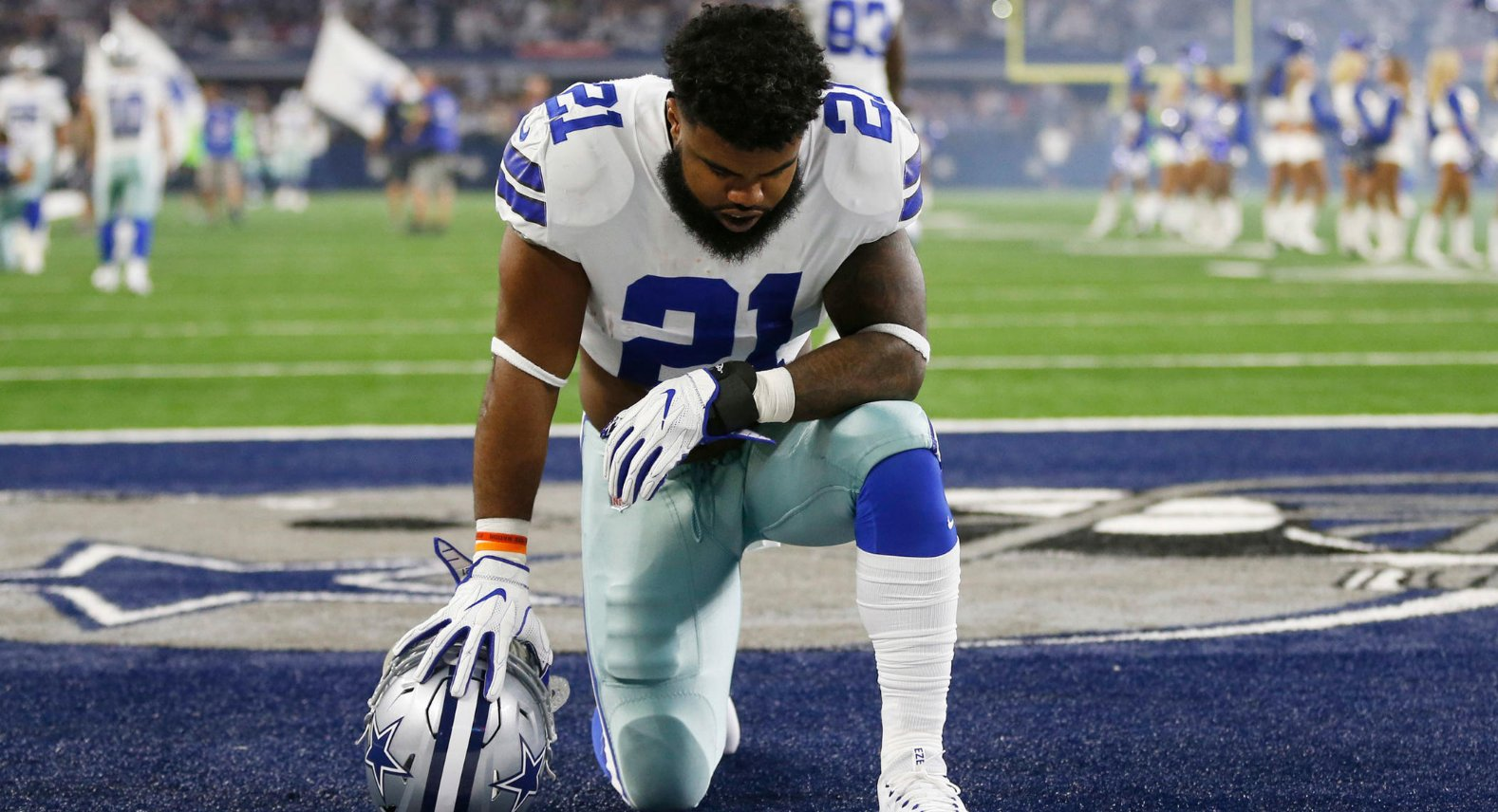 Playing alongside his teammates has kept Ezekiel Elliott focused and persistent.   ��: https://t.co/CCWfIAaji3 https://t.co/mbvmycmykm