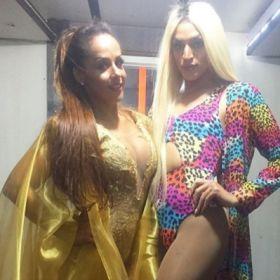 Carla Cristina. Foto do site da BN Holofote que mostra Carla Cristina anima micareta LGBT de Brasília ao lado de Pabllo Vittar