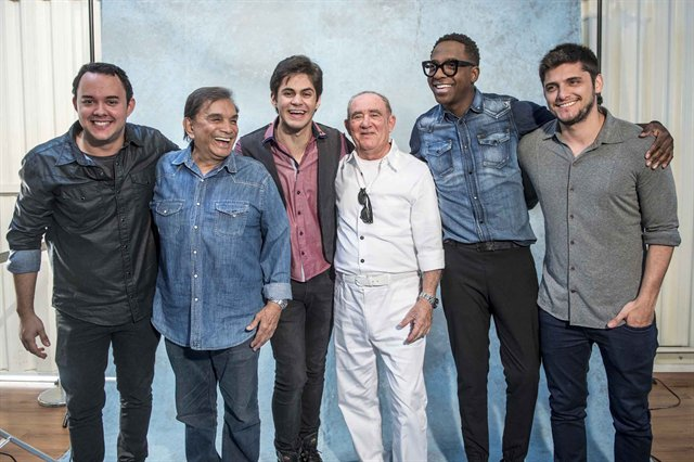 Dede Santana. Foto do site da Caras Brasil que mostra Dedé Santana falou sobre a releitura dos Trapalhões e foi só elogios ao novo elenco. Veja a entrevista!