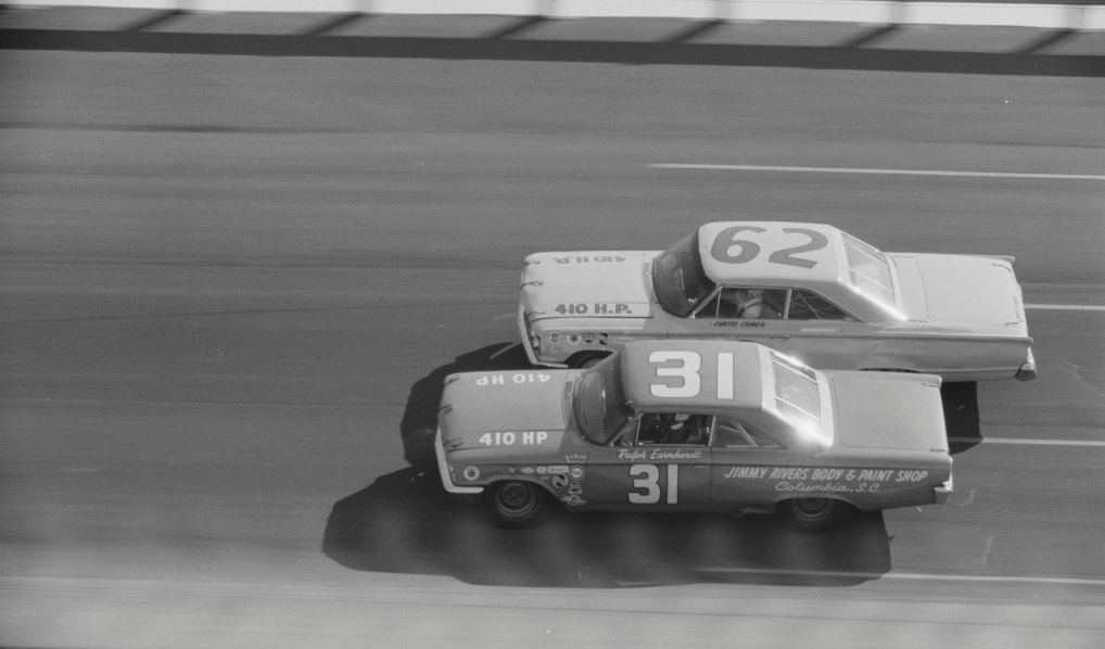 Ralph Earnhardt & Curtis Crider battle @ Daytona, 1964. https://t.co/KRhuvAx2Tz