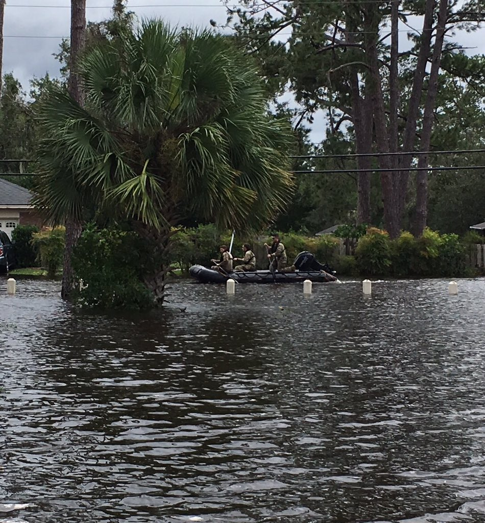 Then some rangers showed up, paddling down the street https://t.co/0VnVDwlxjv
