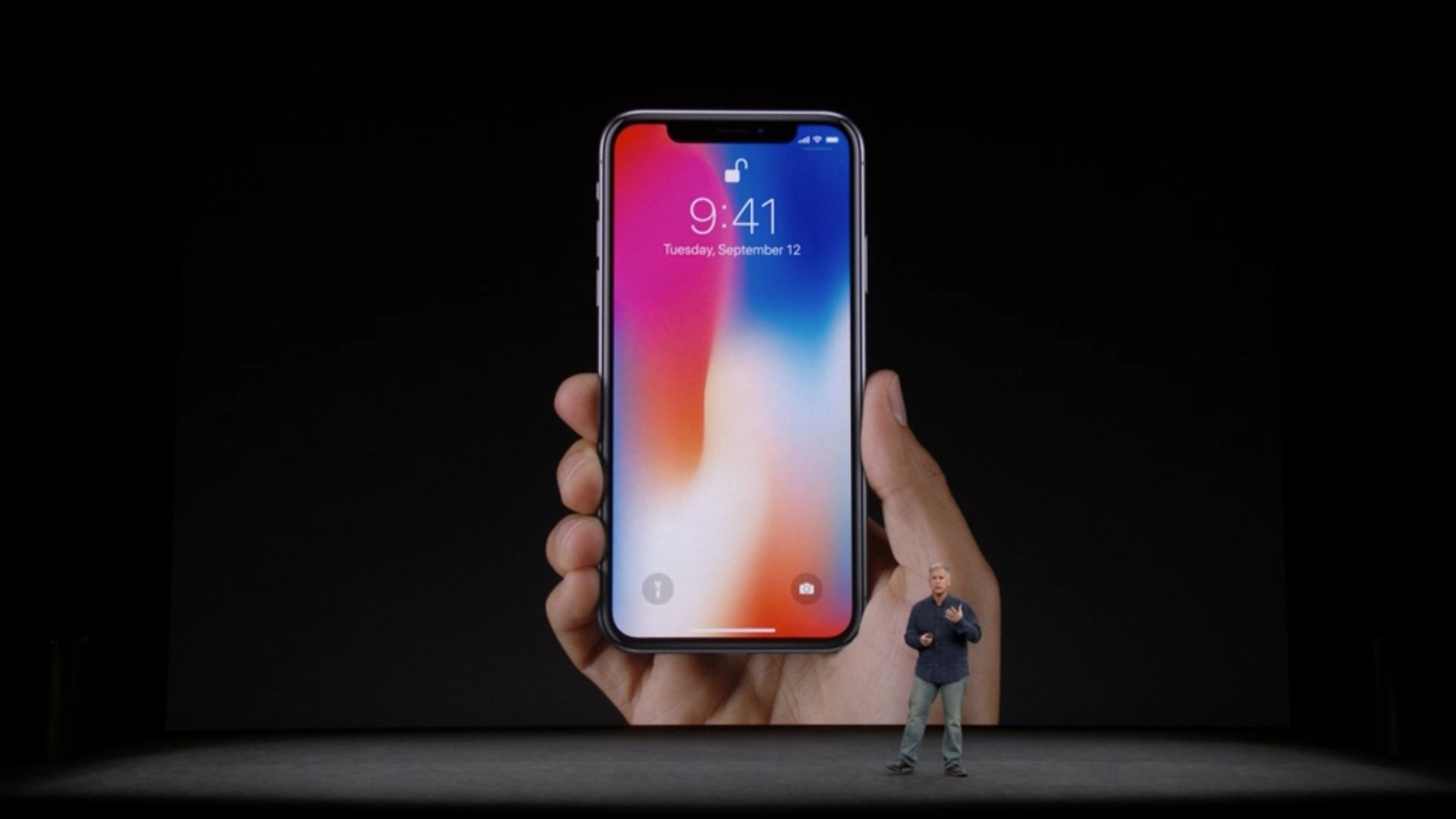 First look at the iPhone X in hand and the lock screen with all-screen front. #AppleEvent https://t.co/EVRN2ZKvgn