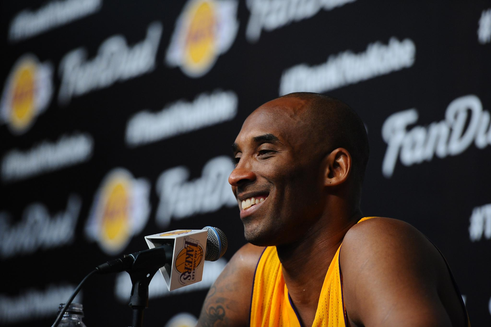 Report: @Lakers to retire both of @kobebryant's jersey numbers.  MORE: https://t.co/7mC59NDJHq https://t.co/ZVJrjNetZV
