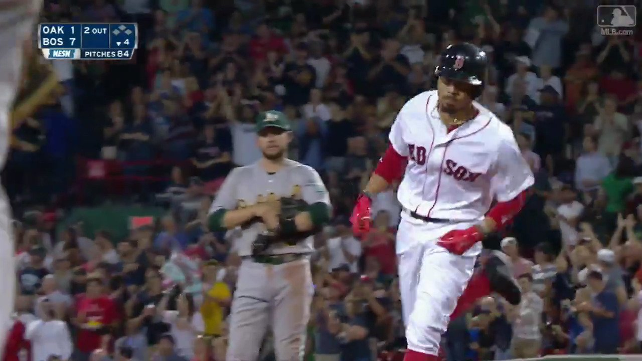 .@MookieBetts can handle the Monster. https://t.co/0AURGwlChy