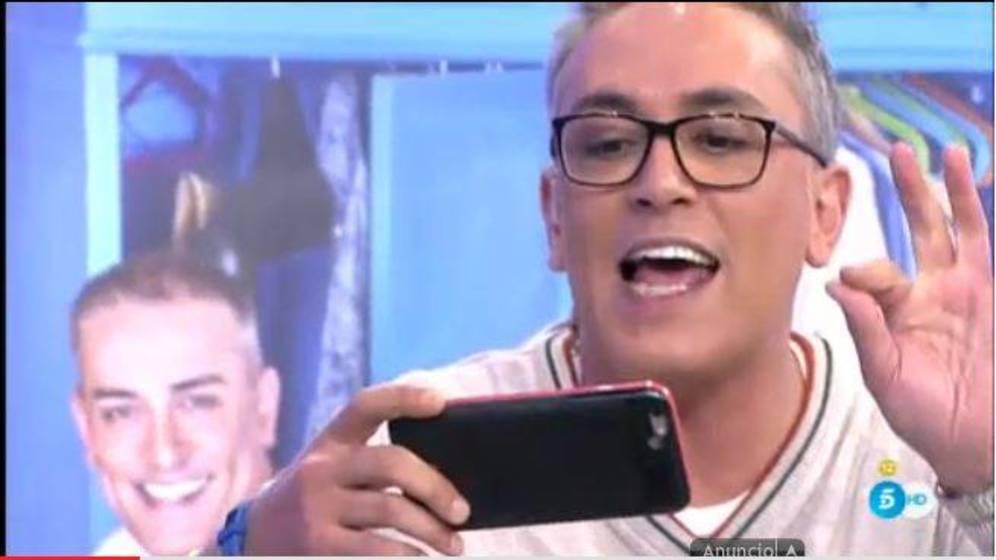 Kiko Hernández desbloqueando con el reconocimiento facial el iphoneX de @jamieleecurtis   #campacitada https://t.co/iwvtNp9BOu
