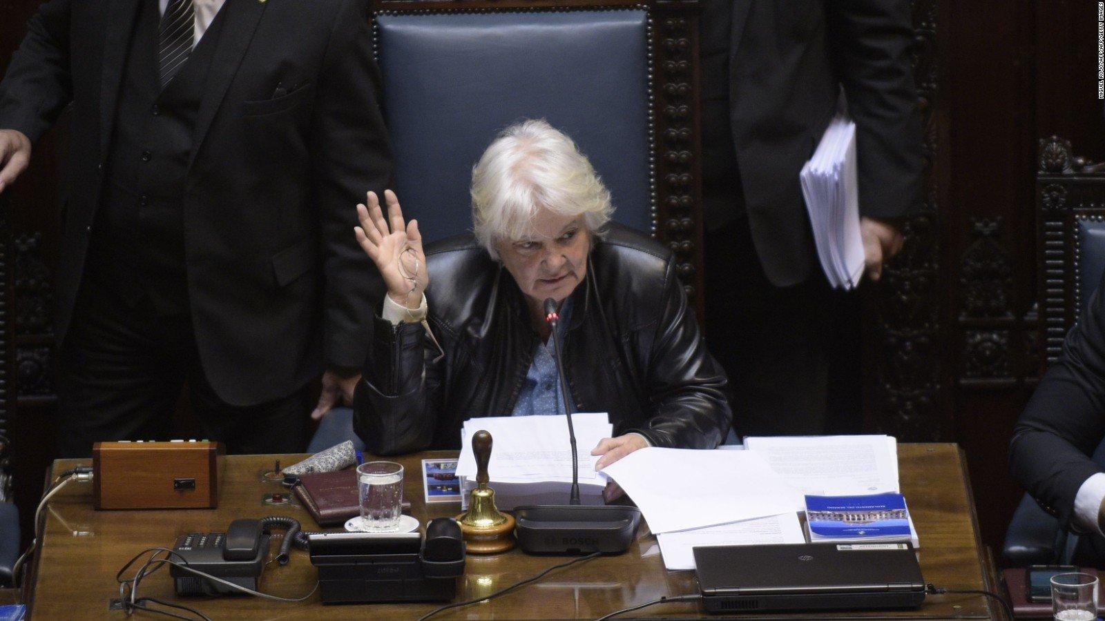 Lucía Topolansky: de senadora a vicepresidenta de Uruguay tras renuncia de Sendic https://t.co/DTHWKzN63x https://t.co/nEpduMa0Ow