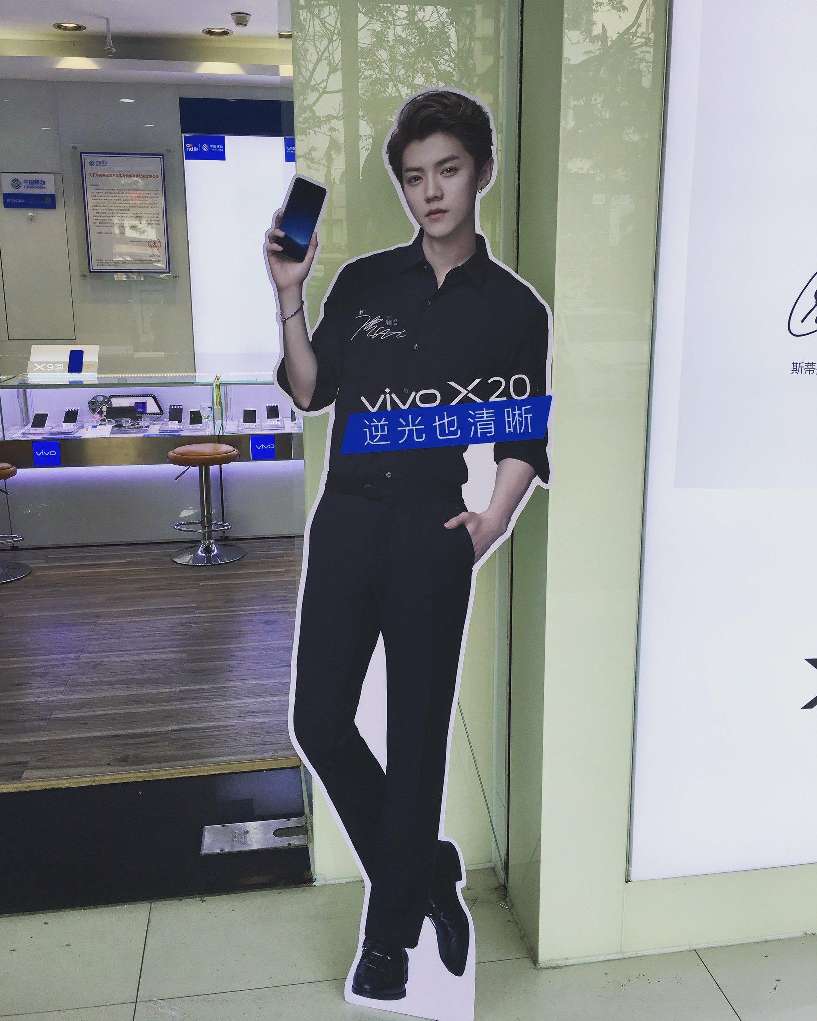 [17.09.14] Stand de LuHan para vivo X20 en las tiendas https://t.co/9ti7OxJU42 Crédito: 路依依本人 https://t.co/6IDsBeoYpv