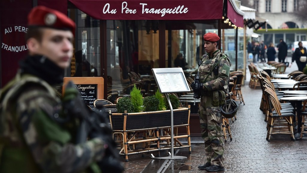 Man arrested in Paris after attacking soldier with knife