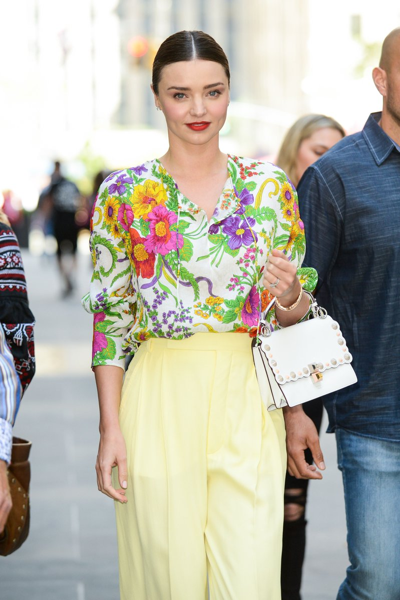 Spotted: @MirandaKerr and her effortlessly chic #FendiKanI in NYC. https://t.co/LcJwpMLiwE
