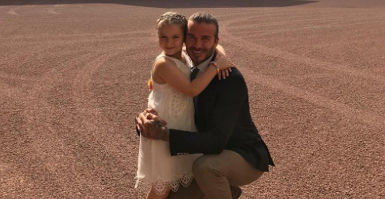 David Beckham. Foto do site da Caras Brasil que mostra David Beckham dá aulas de futebol para a filha, Harper Seven