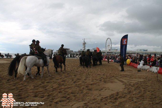 Gewenningsoefening voor paarden op strand van Scheveningen https://t.co/Gb5wEt0oNd https://t.co/Dx2G6bzi6e